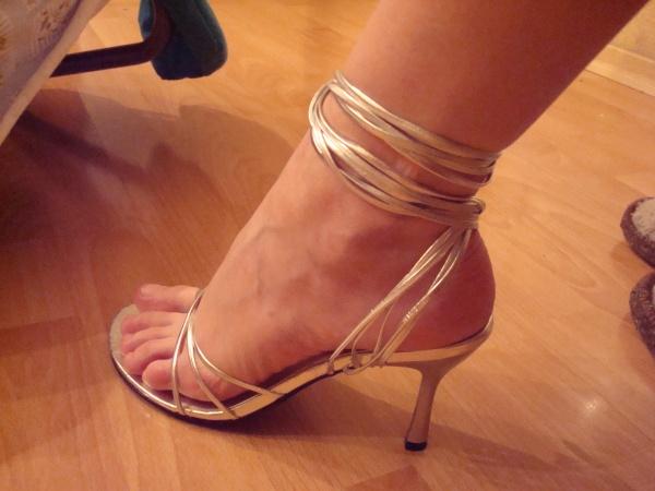 Ножки с педикюром на каблучках